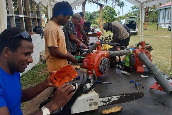 Atelier réparation de machines à la tribu de Kumo à Lifou
