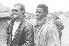 L'acteur SidiKi Bakaba et Jean Paul Belmondo, lors du tournage du professionnel (1981).