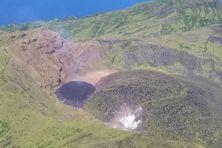 A Saint-Vincent et les Grenadines la taille du nouveau dôme (ici en noir) du volcan la Soufrière devient de plus en plus important.