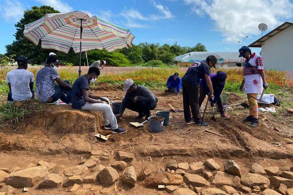 10 étudiants en histoire sur un chantier de fouilles archéologiques à Rémire-Montjoly