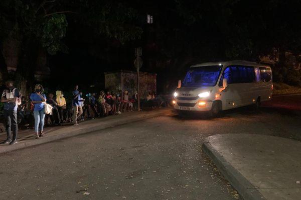 Les élèves attendent un bus à un arrêt dans la commune de Koungou