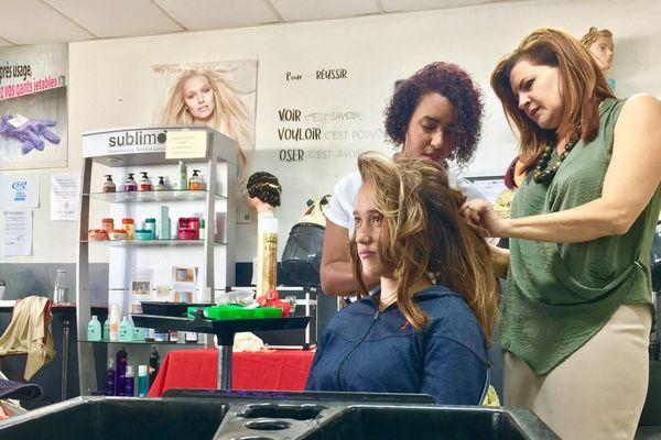 Chloé wimant au salon de coiffure