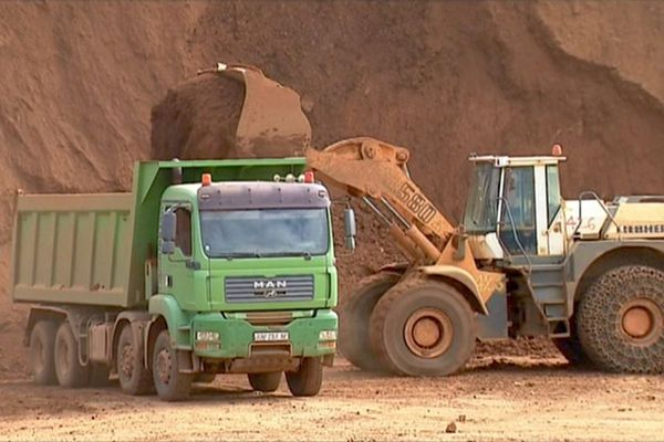 Camions et tractopelle chargeant le minerai, nickel