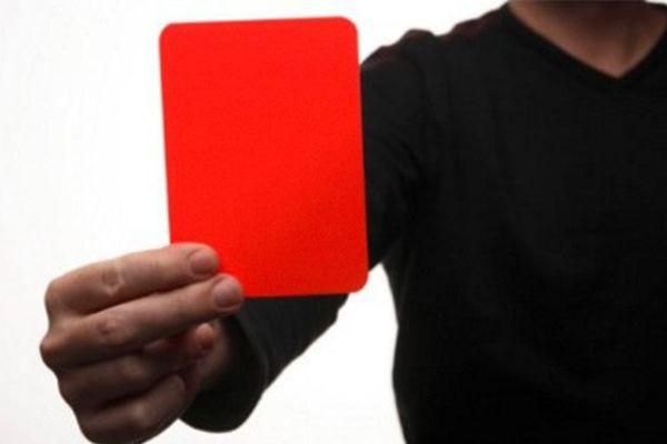 Arbitre et carton rouge