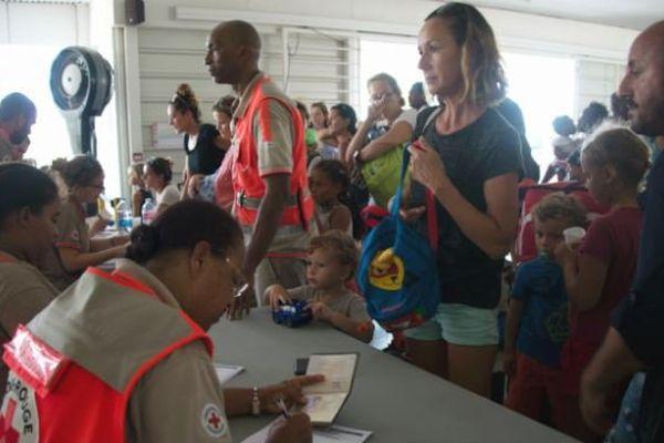 """En Guadeloupe, la cellule d'accueil des sinistrés de Saint-Martin a accueilli """"plus de 6.000 personnes"""" après Irma."""
