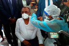 Le ministre de la Santé de Madagascar, le professeur Jean-Louis Rakotovao-Hanitrala a été le premier à être vacciné sur la Grande île pour lancer la campagne nationale