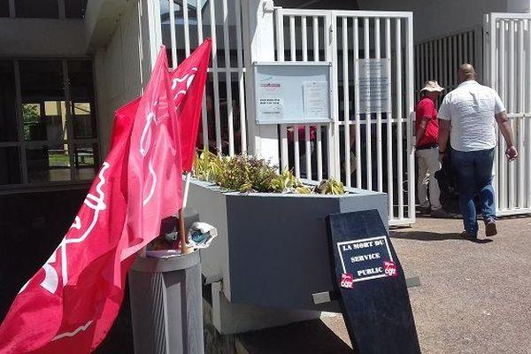Des membres du syndicat CGTR Finances publiques étaient mobilisés, ce vendredi 12 octobre, devant le centre des impôts de Champ Fleuri à Saint-Denis.