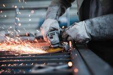 Ouvrier travaillant l'acier.