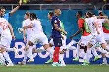 Après son tir au but manqué, la solitude de Kylian Mbappé contraste avec l'immense joie des Suisses, qualifiés pour la première fois de leur histoire en quarts de finale d'un Euro.