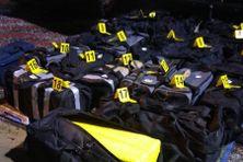 Les 18 sacs contenant plus de 500 kilos de cocaïne au total, saisis au port de Dégrad Des Cannes par les policiers de l'OAFST (Office Anti Stupéfiants) et les gendarmes.