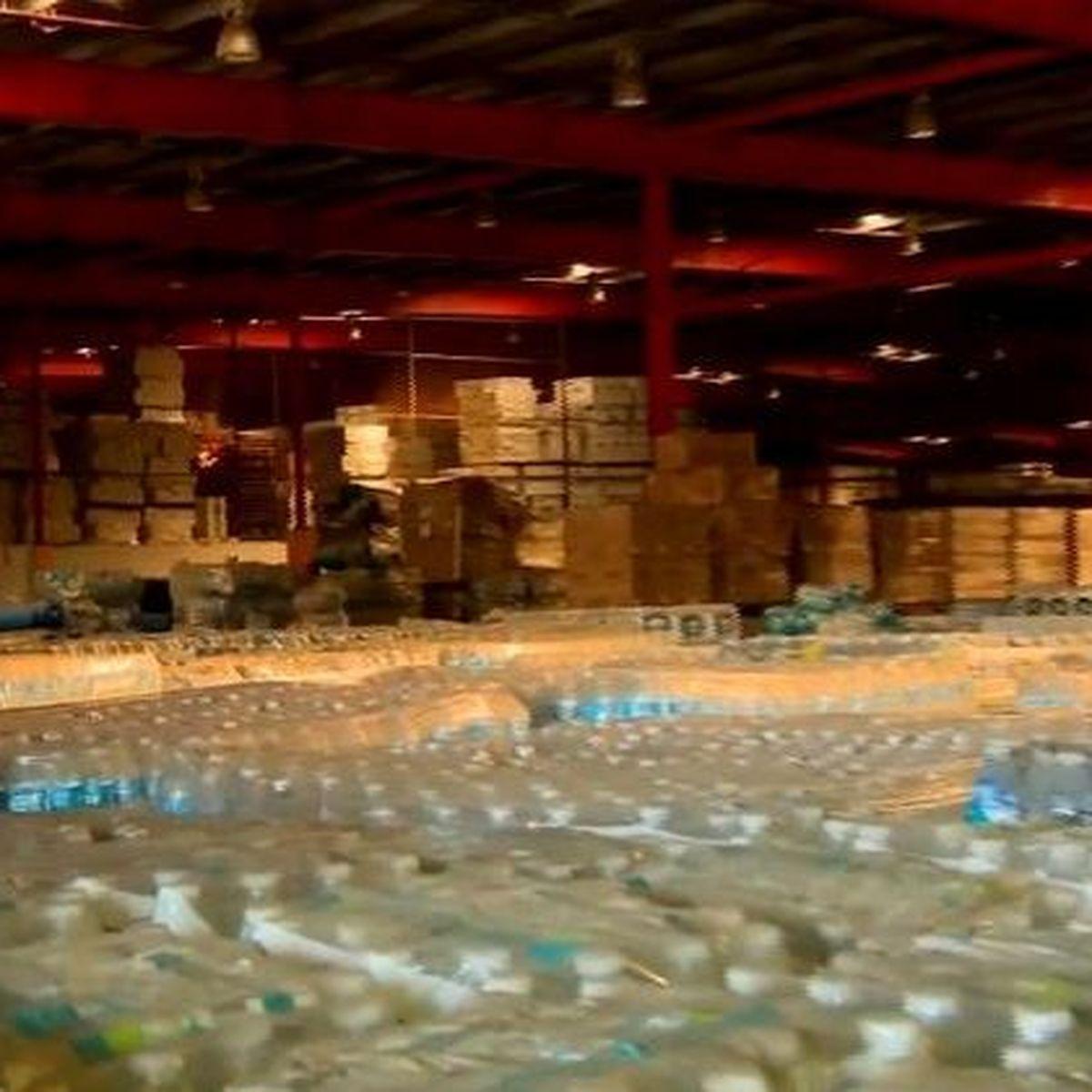Des fournitures d'urgence pour les sinistrés de l'ouragan Maria (2017) entreposées dans un hangar à Porto Rico