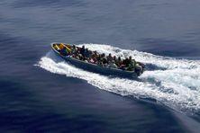 Des immigrants clandestins sur un bateau à destination de Mayotte, en octobre 2007 (image d'illustration)