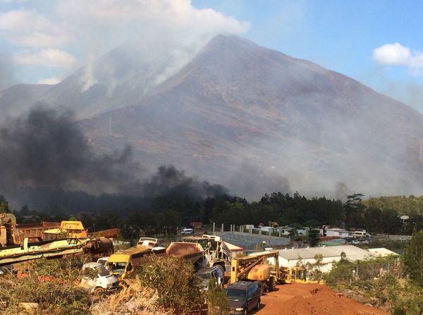 Incendies au Mont-Dore: vue de la zone industrielle (12 janvier 2018)