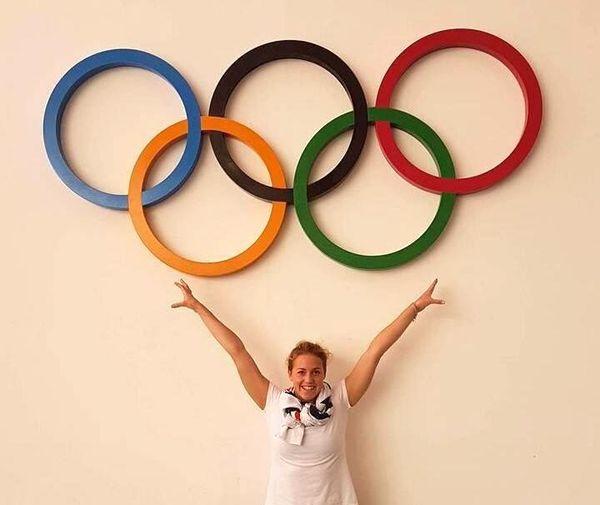 Lara Grangeon devant les anneaux olympiques