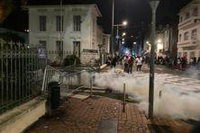 Jets de grenades lacrymogènes des policiers devant la préfecture de Fort-de-France.