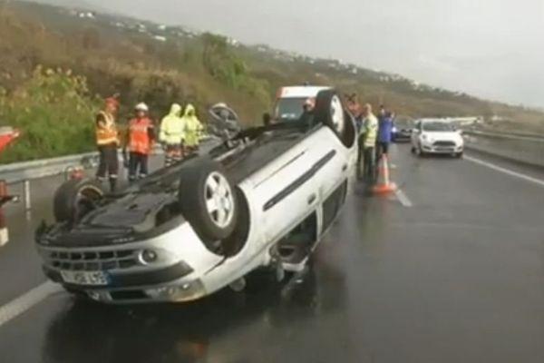 Accident route Tamarins voiture sur le toit