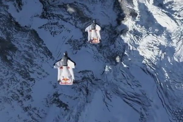 Les deux wingsuiters sont entrés dans l'avion à plus de 130 km/h