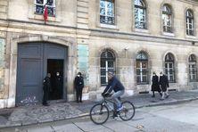 Les traces de nettoyage de la façade sont visibles et de la peinture subsiste sur les pavés devant le ministère des Outre-mer dans le 7e arrondissement de Paris.