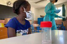 Tests salivaire à l'école primaire de Flacourt à Sainte Marie