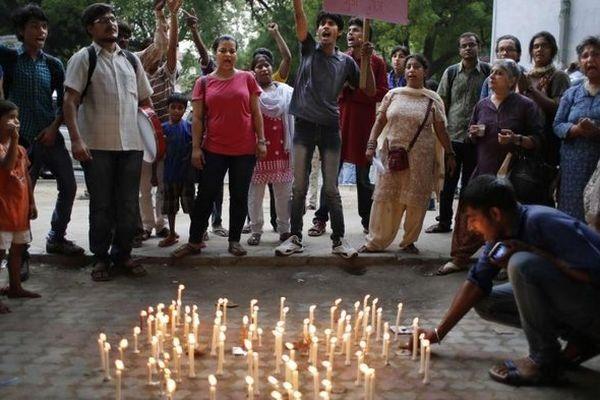 Des Indiens allument des bougies en souvenir des deux adolescentes retrouvées pendues, après avoir dénoncé un viol collectif, quelques jours auparavant, le 31 mai 2014 à Dehli (Inde).