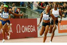 Les sprinteuses jamaïcaines Elaine Thompson-Herah, Shelly-Ann Fraser-Pryce et Shericka Jackson sur la ligne d'arrivée du 100m à Lausanne (Suisse) le 26 août 2021.
