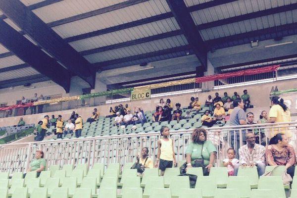 Le stade Edmard Lama décoré par les supporters des Yana dòkò