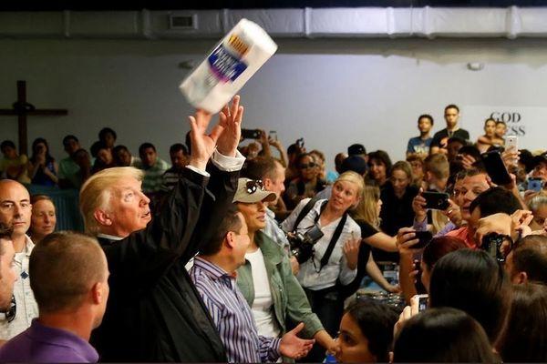 Porto Rico Donald Trump jete du papier cuisine