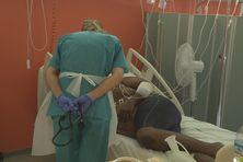 Une soignante au chevet d'un malade de la covid-19 à l'hôpital Pierre Zobda Quitman à Fort-de-France.