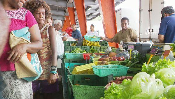 Clients et salades, au marché de Ducos, janvier 2021