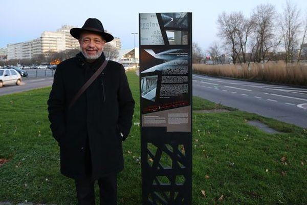 """L'un des rares """"totems urbains"""" qui indiquent l'emplacement du mémorial"""