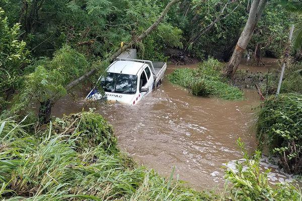 Bourail : un pick up piégé dans le creek de Poé