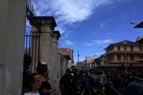 Les manifestants devants le tribunal