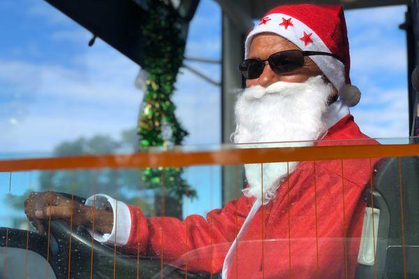 Tout sourire derrière sa barbe de Père Noël, Pascal Sautron récupère les marmailles pour leur dernier jour d'école