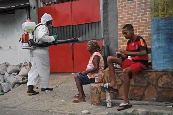 Brésil désinfection favela