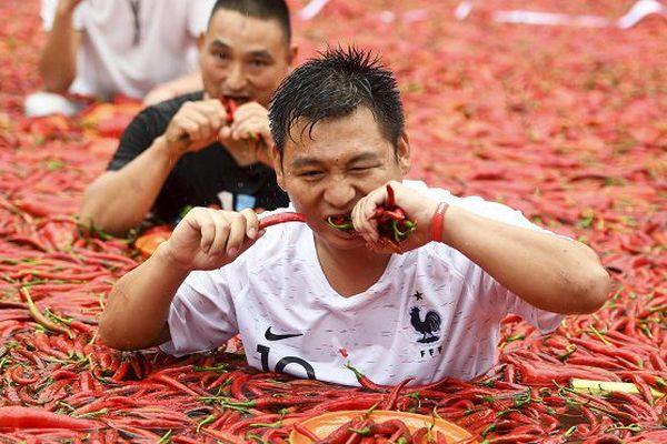 Les participants au concours annuel de dégustation de piment à Ningxiang, dans le centre de la Chine, le 8 juillet 2018.