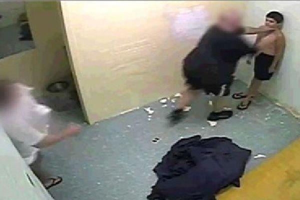 Image de vidéosurveillance montrant un homme saisir le cou de Dylan Voller, dans un centre de détention du Territoire du Nord.