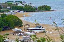 Les algues sargasses envahissent le bord de mer de Sable Blanc au Robert (mars 2021)