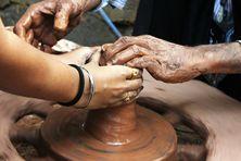 Apprentissage en poterie (image d'illustration).