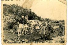 Hommage à Guy Valcourt Picard, au centre de cette photo prise en 1950. Il avait appris le métier de guide et de porteur sur le volcan aux côtés de son père Alfred Picard, à droite de la photo.