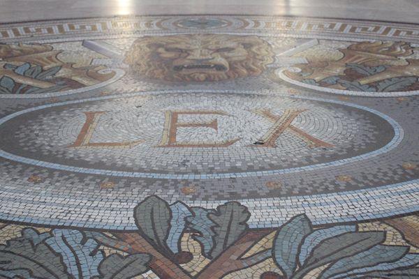 LEX, la loi, mosaïque du palais de justice de Paris