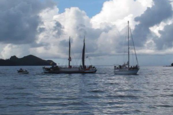 Nuku Hiva : la grande pirogue traditionnelle Hokule'a accueillie en baie de Taiohae