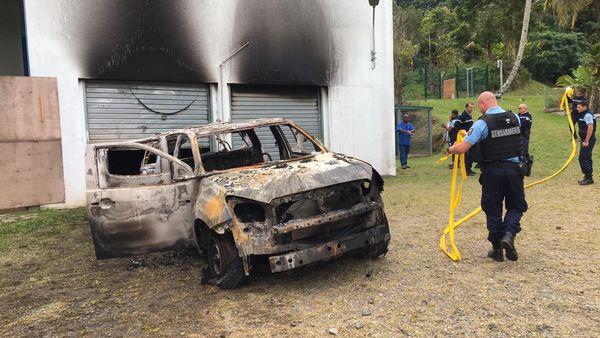 Voiture brûlée devant le dispensaire de Ponérihouen