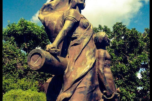 Particularité de cette sculpture des Avirons : une femme coiffée d'un casque