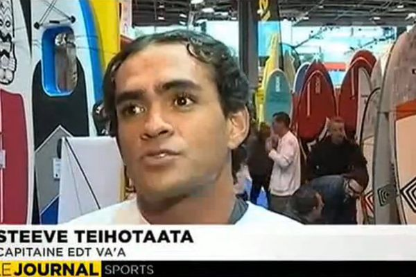 Steeve Teihotaata en Stand Up Paddle (SUP) sur la Seine