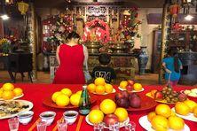 Offrandes et encens, les membres de la communauté chinoise rendent hommage aux Anciens pour marquer le Nouvel An placé en 2021 sous le signe du Buffle de Métal.
