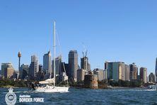 Le La Fayette remorqué dans la baie de Sydney après son arraisonnement en avril 2020