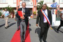Le maire de Pamandzi accompagné de l'ancien préfet de Mayotte