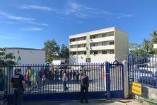 Prise de parole à une entrée du tribunal de Nouméa, vendredi 7 mai.