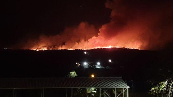 Incendie de Moindou, vue de nuit, 27 octobre 2019