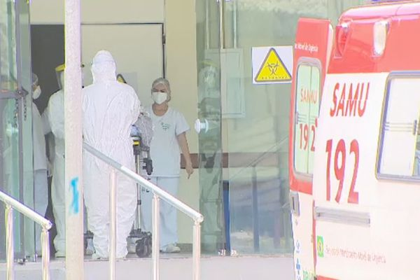 Personnels soignants devant l'hôpital de Macapa